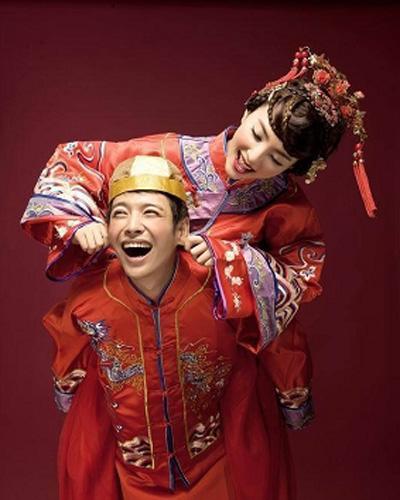 今天介绍的中式创意婚纱照中,新人们穿戴着传统的凤冠霞帔,在一片古韵图片